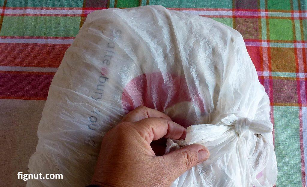 Tighten the plastic bag